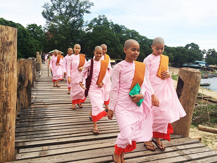 cycling-holiday-in-burma-monks