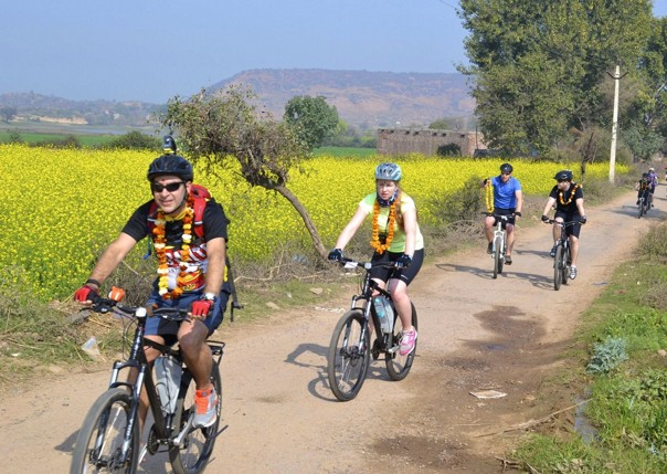 cycling-adventure-holiday-rajasthan-cyclists-countryside.jpg - India - Palaces and Lakes of Rajasthan - Cycling Adventures