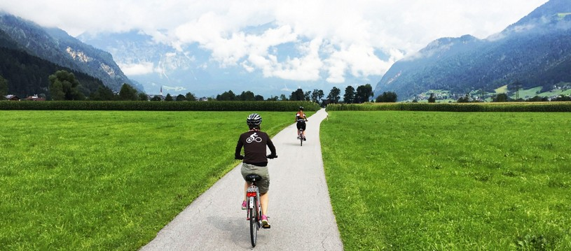 Surrounded by 3500m-high peaks, you will be able to enjoy a leisurely ride along flat paths through the valley of Tyrol. Experiencing this imposing scenery by bike is as good as it gets.