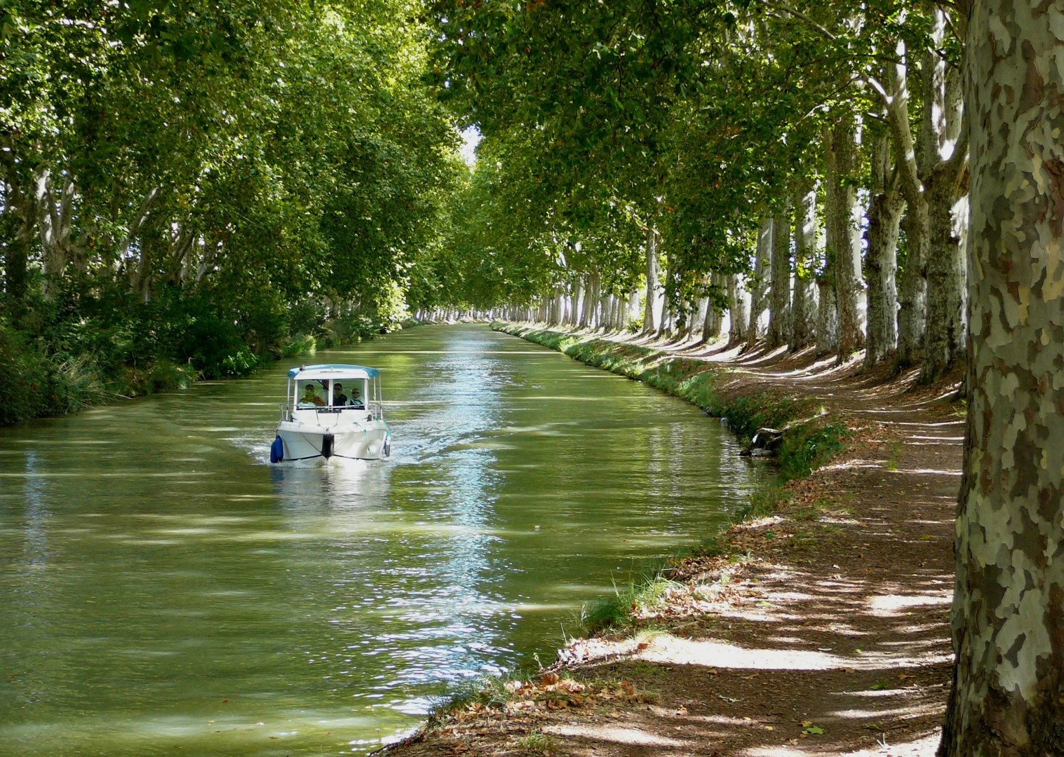 ancy-le-franc-leisure-cycling-holiday-in-france.jpg - France - Burgundy - Caves and Canals - Self-Guided Leisure Cycling Holiday - Leisure Cycling