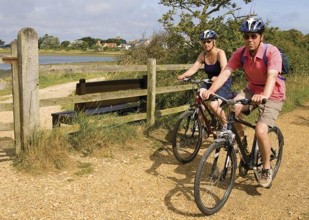lesiure-cycling-holiday-uk-isleofwight-cyclists.jpg - UK - Isle of Wight - Freshwater Bay - Guided Leisure Cycling - Leisure Cycling