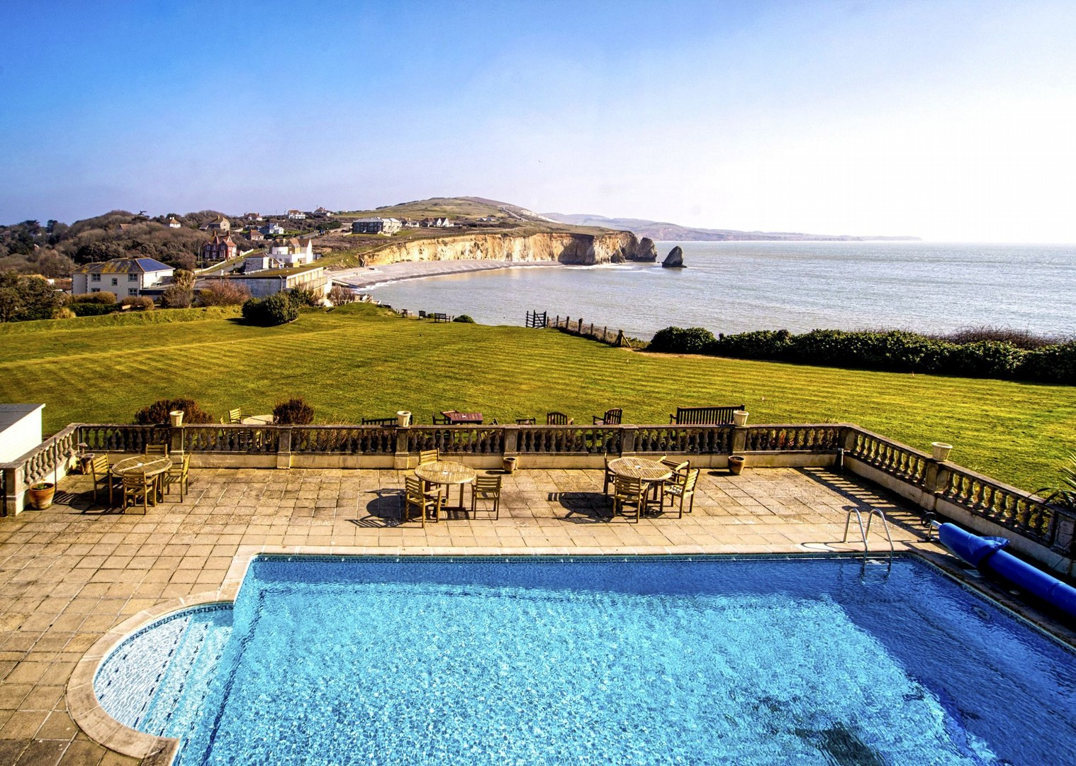 high-quality-accommodation-hf-country-house-pool-cycling-holiday.jpg - UK - Isle of Wight - Freshwater Bay - Self-Guided Leisure Cycling Holiday - Leisure Cycling