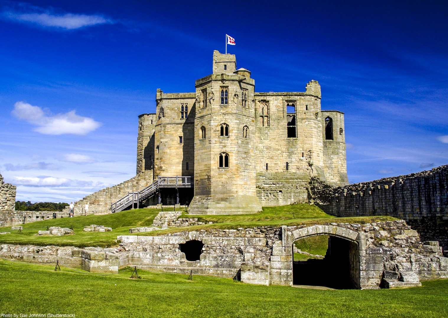 uk-traditional-castles-bamburgh-dunstanburgh-newton-by-the-sea-cycling-holiday.jpg - UK - Coast and Castles - 6 Days Cycling - Self-Guided Leisure Cycling Holiday - Leisure Cycling
