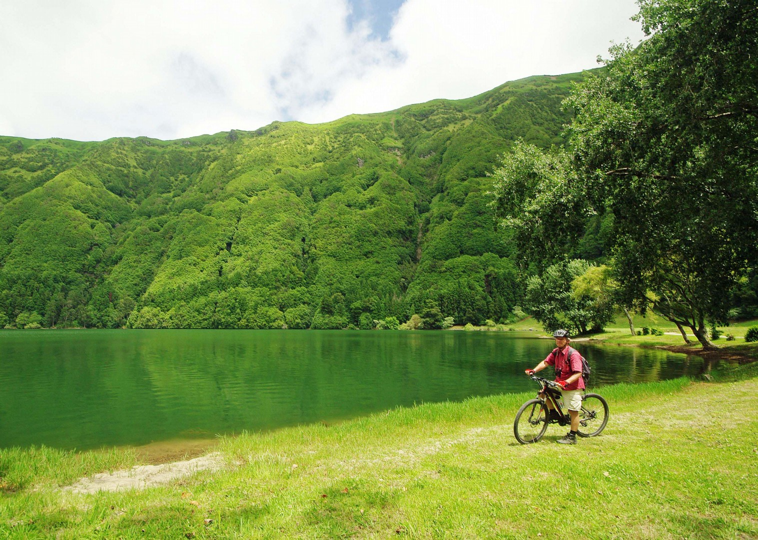 green lake at sete cidades.jpg - The Azores - Islands and Volcanoes - Guided Leisure Cycling Holiday - Leisure Cycling